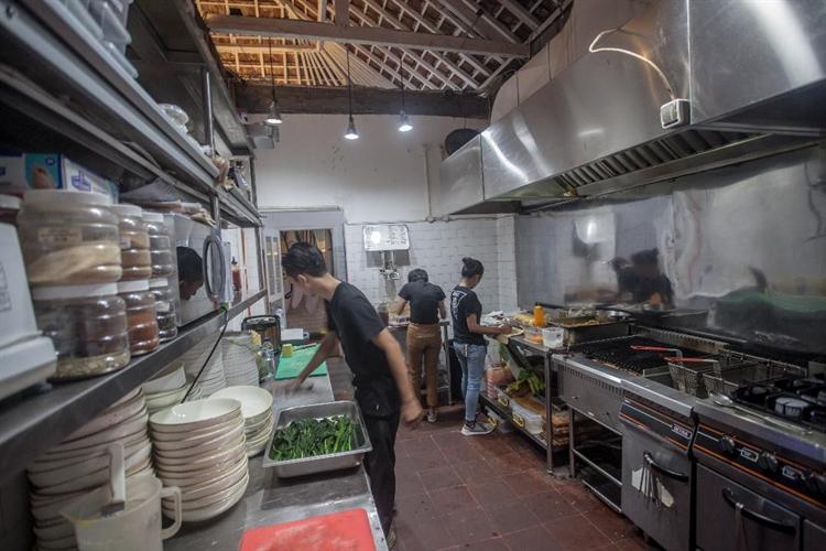 large restaurant bar uluwatu - 10