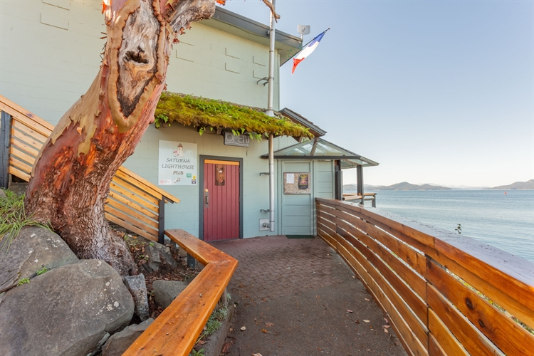 established waterfront pub saturna - 11