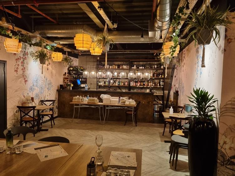 well established bar restaurant - 10