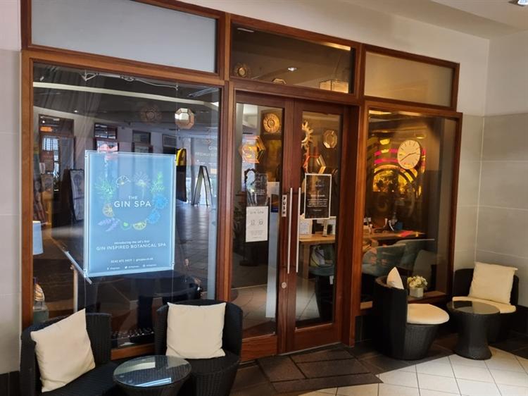 well established bar restaurant - 11