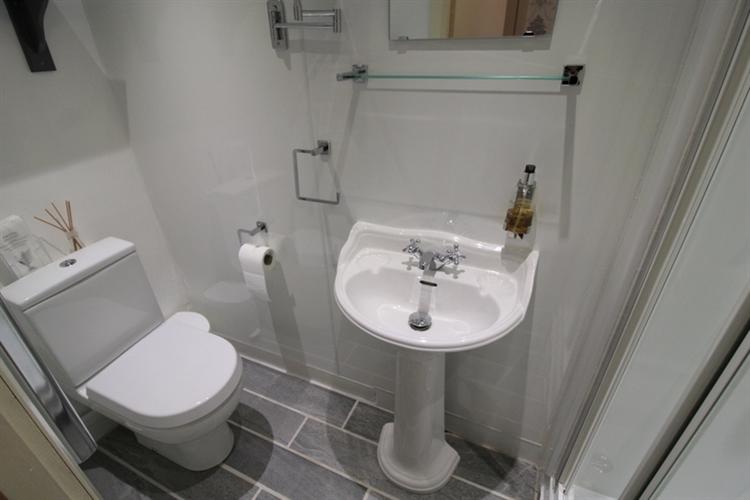 attractive 6-bedroom guest house - 10