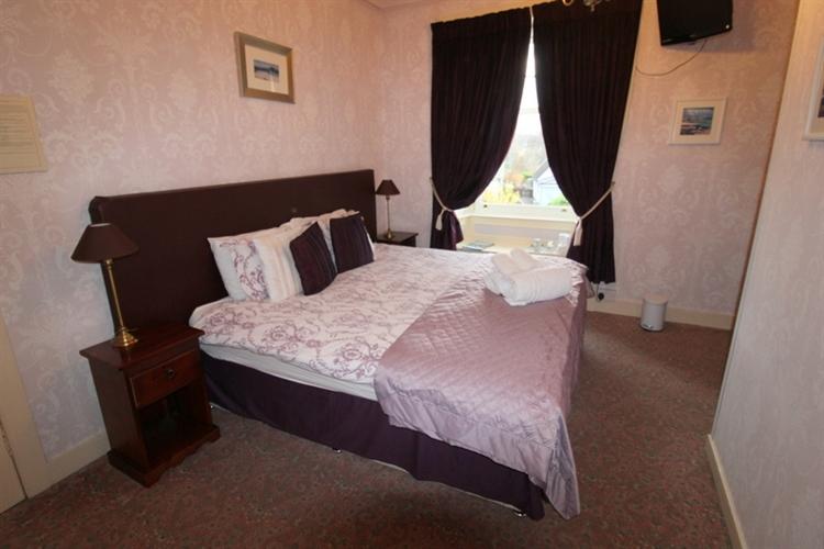attractive 6-bedroom guest house - 6