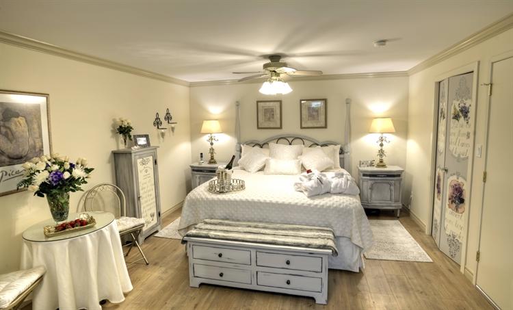 couples retreat luxurious b& - 15